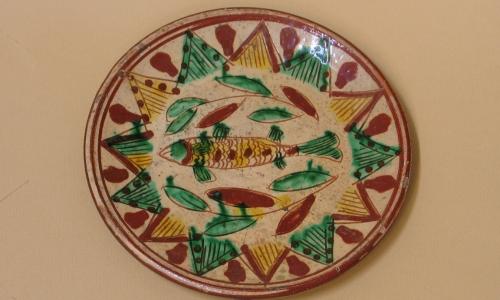 Porcelanowy tależ bogato zdobiony wywodzący się z tzw. ceramiki pokuckiej