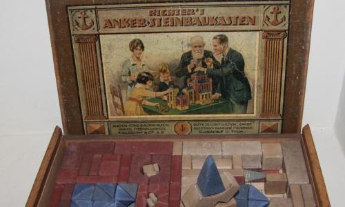 Zabytkowy komplet klocków do budowania i składania, które firma Anker produkowała w niemieckim Rudolstadt na przełomie XIX i XX wieku